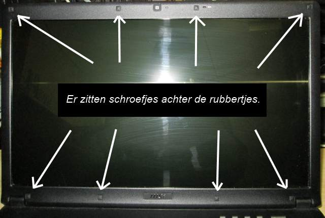 Laptop scherm schroefjes achter rubbertjes.